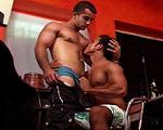 clip Deux mecs baisent sur la banquette d'un bar vide !